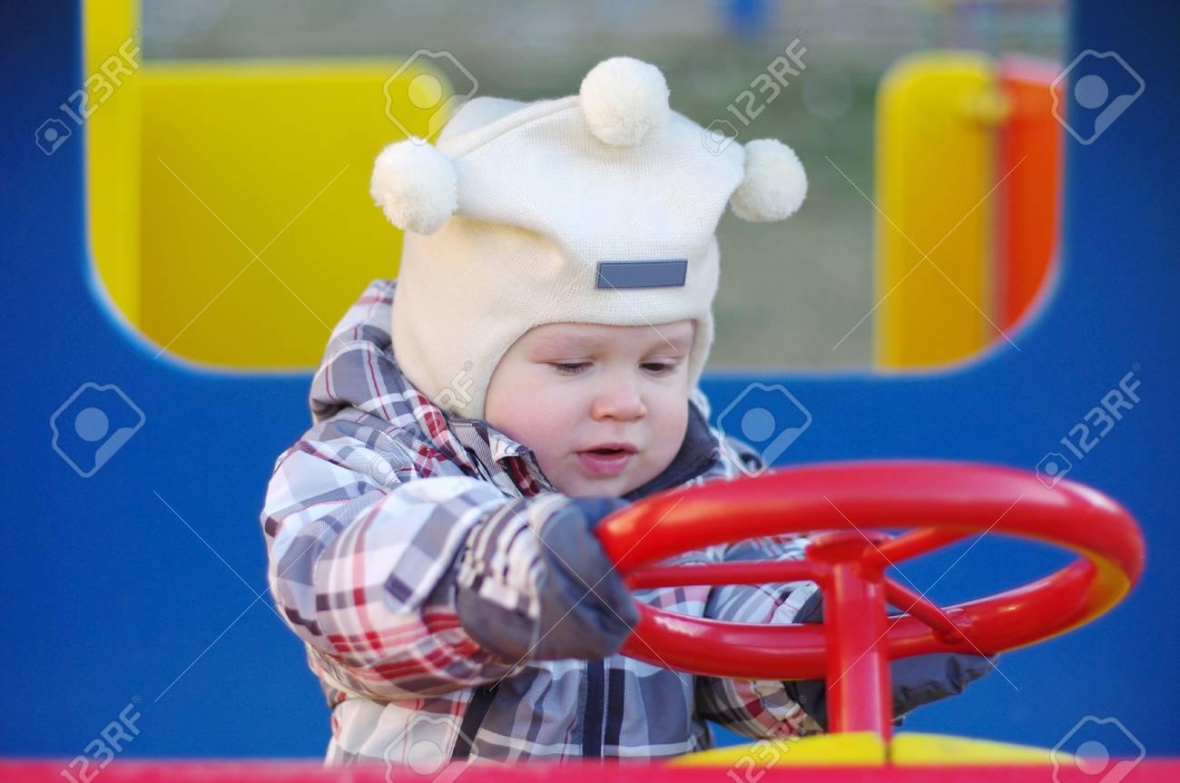1 An Bébé Voiture Sur Aire De Jeux encequiconcerne Jeux Voiture Bebe