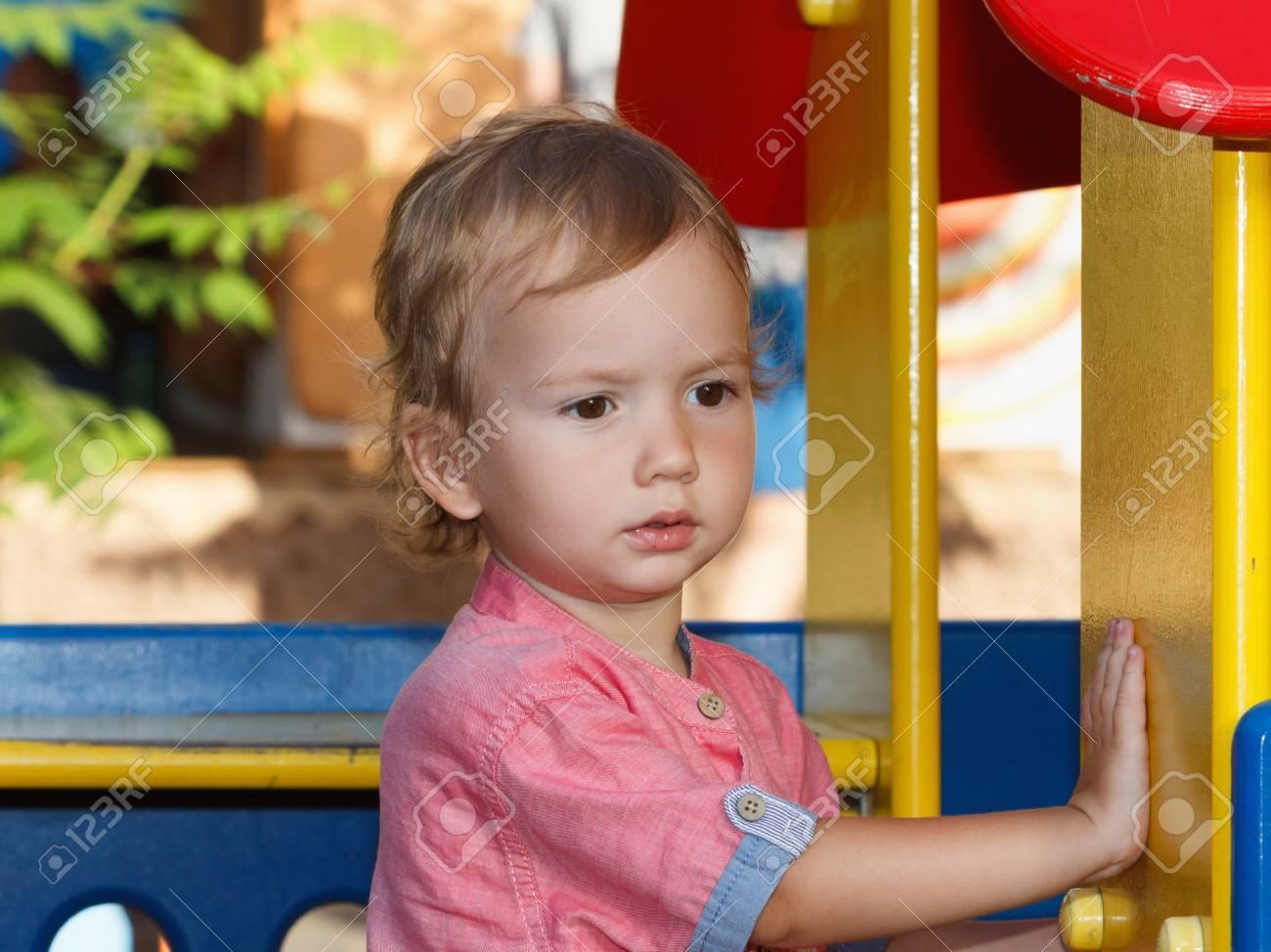 Activités Pour Petits Enfants, Histoire De Jeux Familiaux. Enfant, Jouer,  Dehors, Cour De Récréation dedans Jeux Pour Petit Enfant