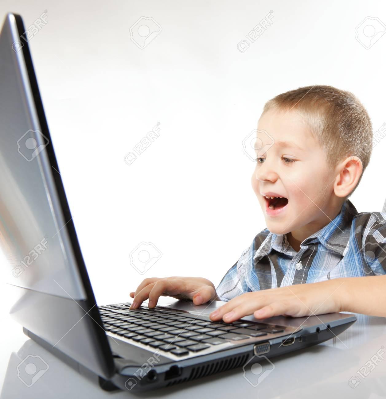 Addiction Ordinateur Enfant Garçon Émotif Avec Des Jeux Pc Portable De Jeu  Isolé Sur Fond Blanc destiné Jeux Ordinateur Enfant