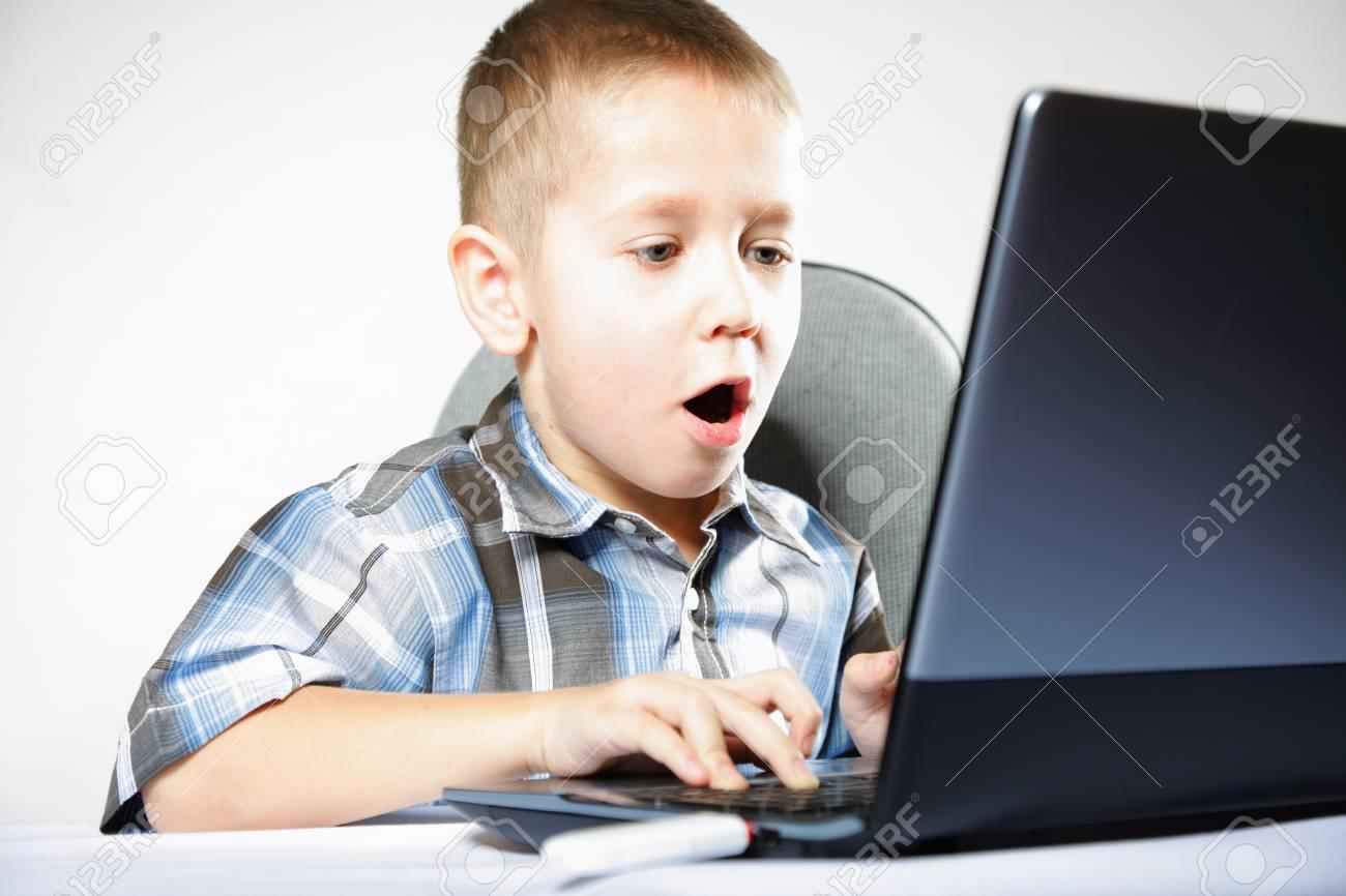 Addiction Ordinateur Enfant Garçon Émotif Avec Des Jeux Pc Portable De Jeu  Isolé Sur Fond Blanc intérieur Jeux Ordinateur Enfant