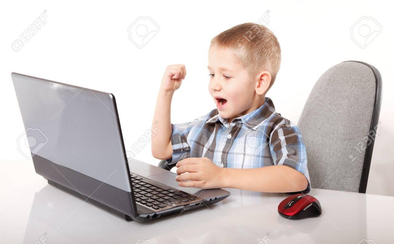 Addiction Ordinateur Enfant Garçon Émotif Avec Des Jeux Pc Portable De Jeu  Isolé Sur Fond Blanc serapportantà Jeux Ordinateur Enfant