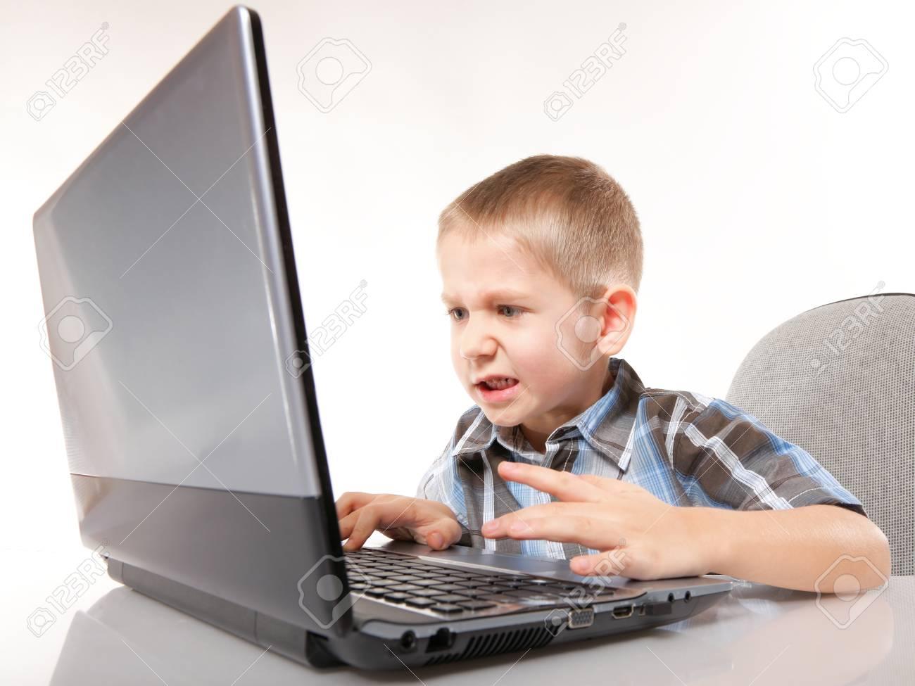 Addiction Ordinateur Enfant Garçon Émotif Avec Des Jeux Pc Portable De Jeu  Isolé Sur Fond Blanc tout Jeux Pc Enfant