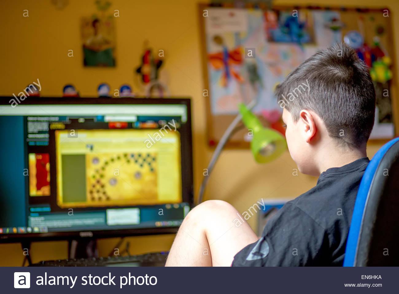 Adolescent À L'aide D'ordinateur À La Maison Avec Des intérieur Jeux Ordinateur Enfant