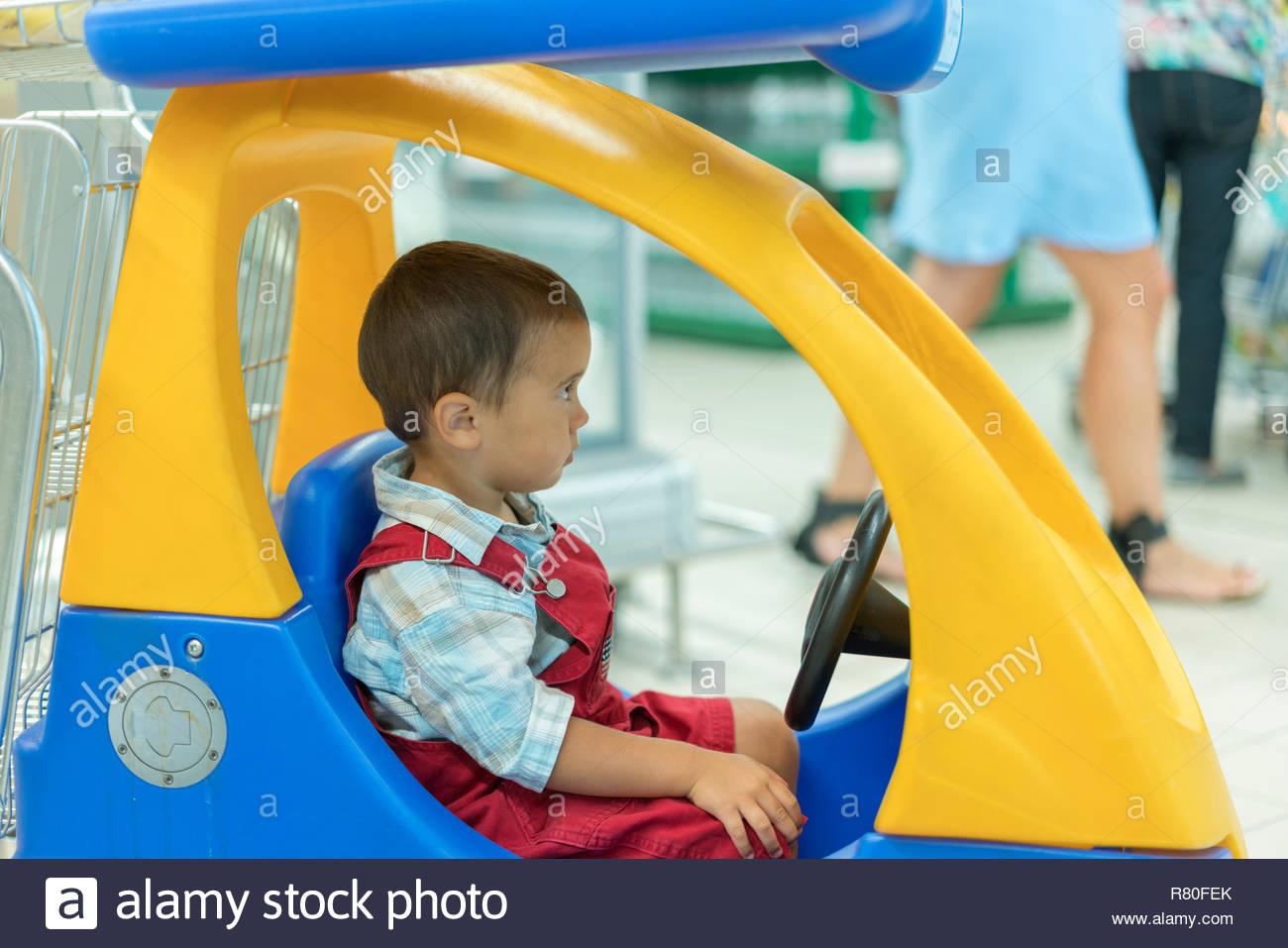 Adorable Petit 2 Ans Bébé Garçon Enfant Dans Le Petit Jouet intérieur Jouet 2 Ans Garçon