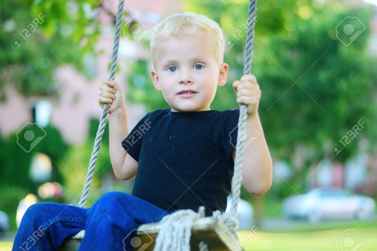 Adorable Petit Garçon Blond Amusant À L'aire De Jeux. avec Jeux Des Petit Garçon