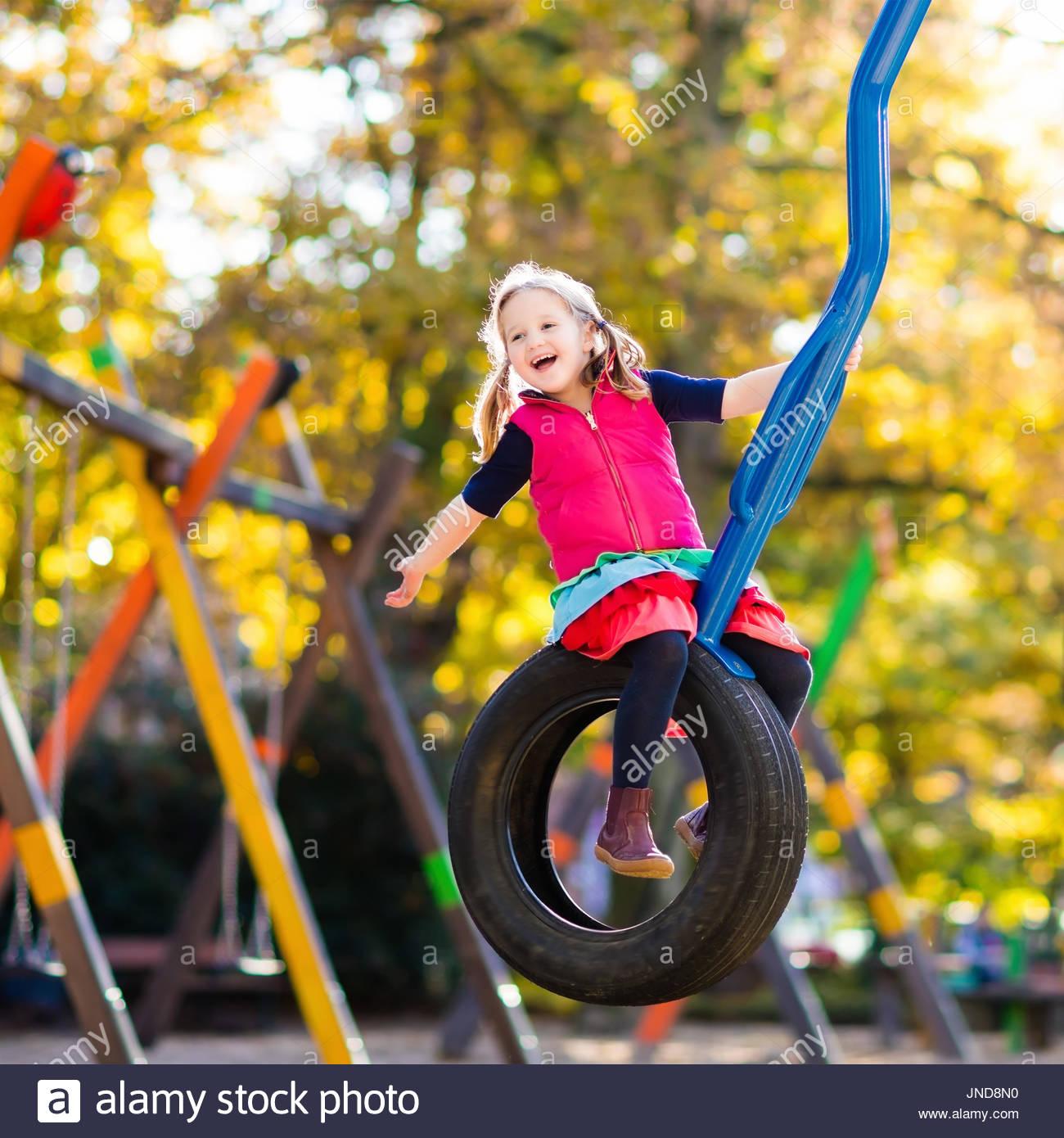 Aire De Jeux Pour Enfants Sur Les Enfants Jouer Dans Le Parc serapportantà Jeux Pour Jeunes Enfants