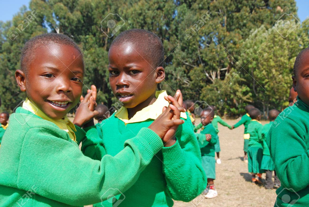 Août 2014 - Le Village De Pomerini - Tanzanie - Afrique - Le Jeu Des  Enfants Africains D'asile Construits Dans La Mission Franciscaine Du  Village De encequiconcerne Jeux Africains Pour Enfants