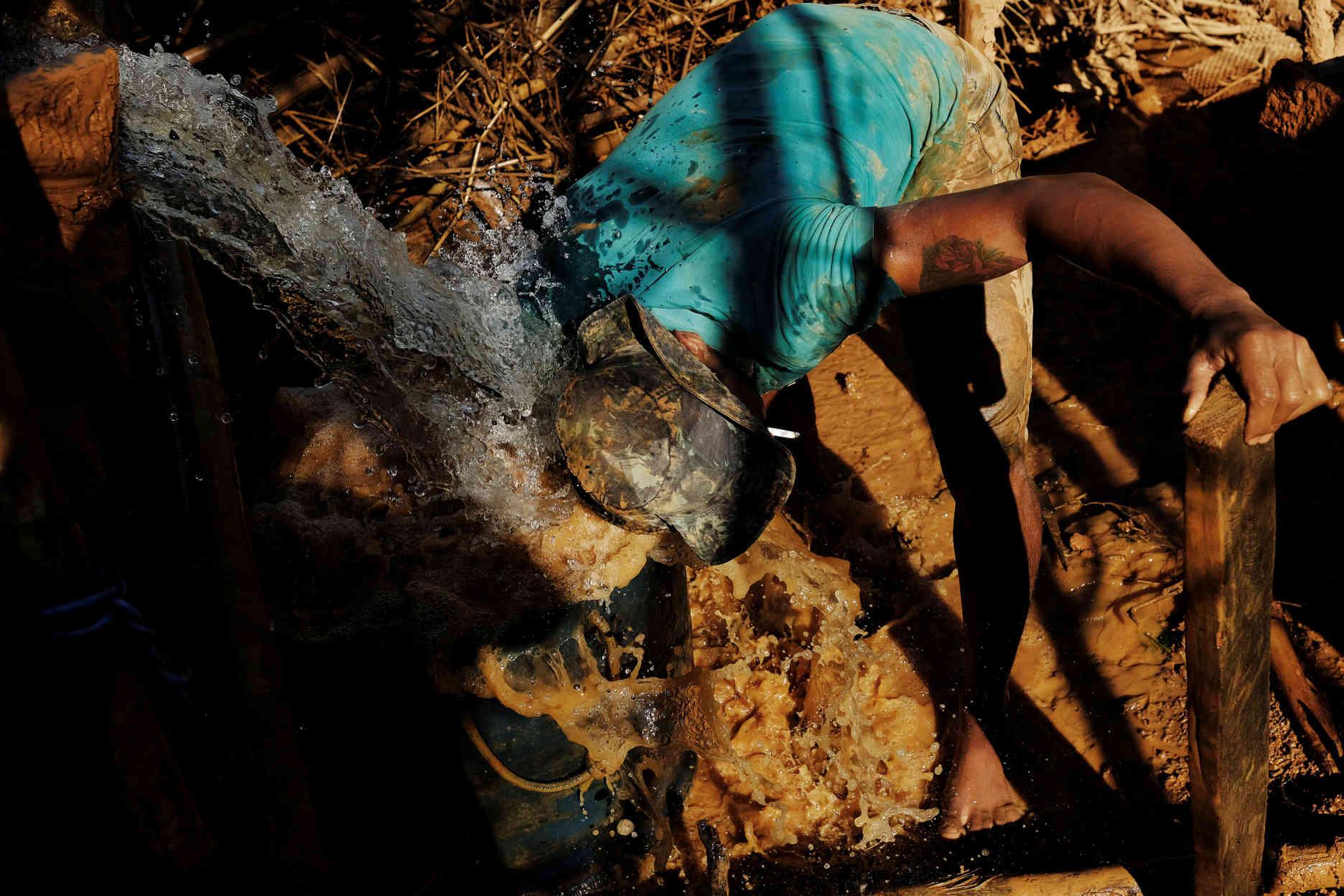 Au Cœur Des Mines D'or Sauvages Du Brésil intérieur Mineur D Or