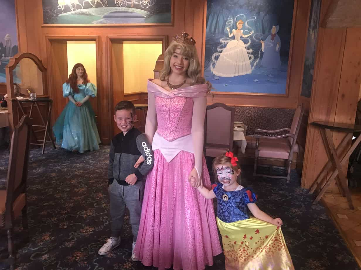 Auberge De Cendrillon – Princess Dining At Disneyland Paris dedans Cendrillon 3 Disney