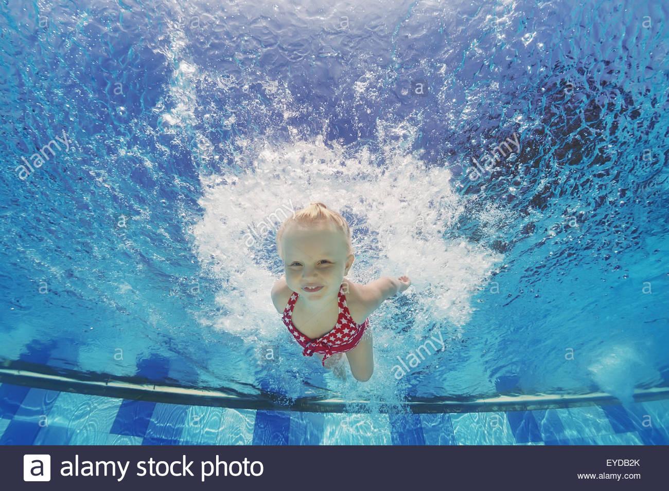 Baby Girl Nager Sous L'eau Et La Plongée En Piscine Avec intérieur Jeux De Saut Dans L Eau