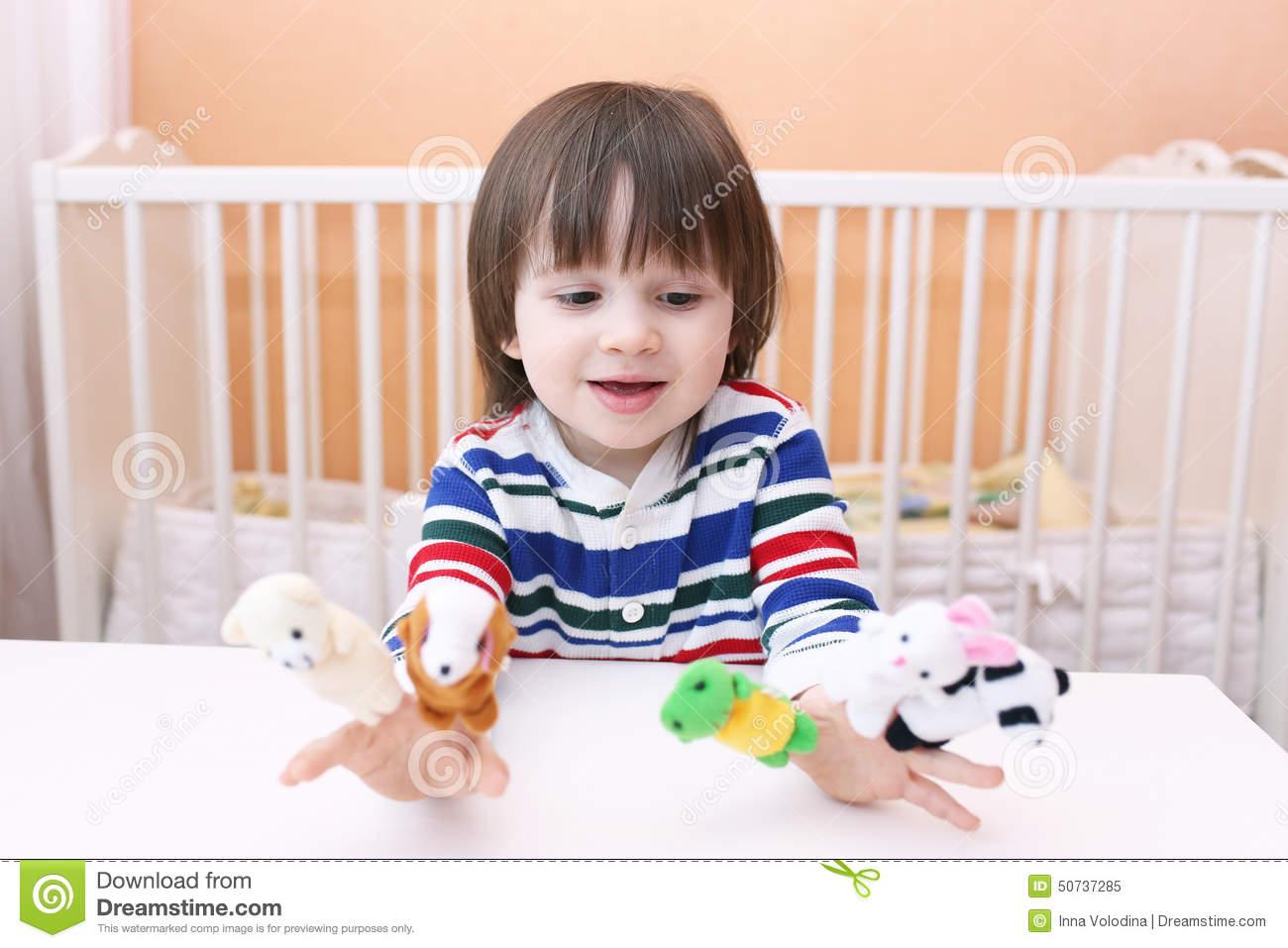 Beau Petit Garçon (2 5 Ans) De Jeux Avec Des Marionnettes De avec Jeux Garcon 5 Ans