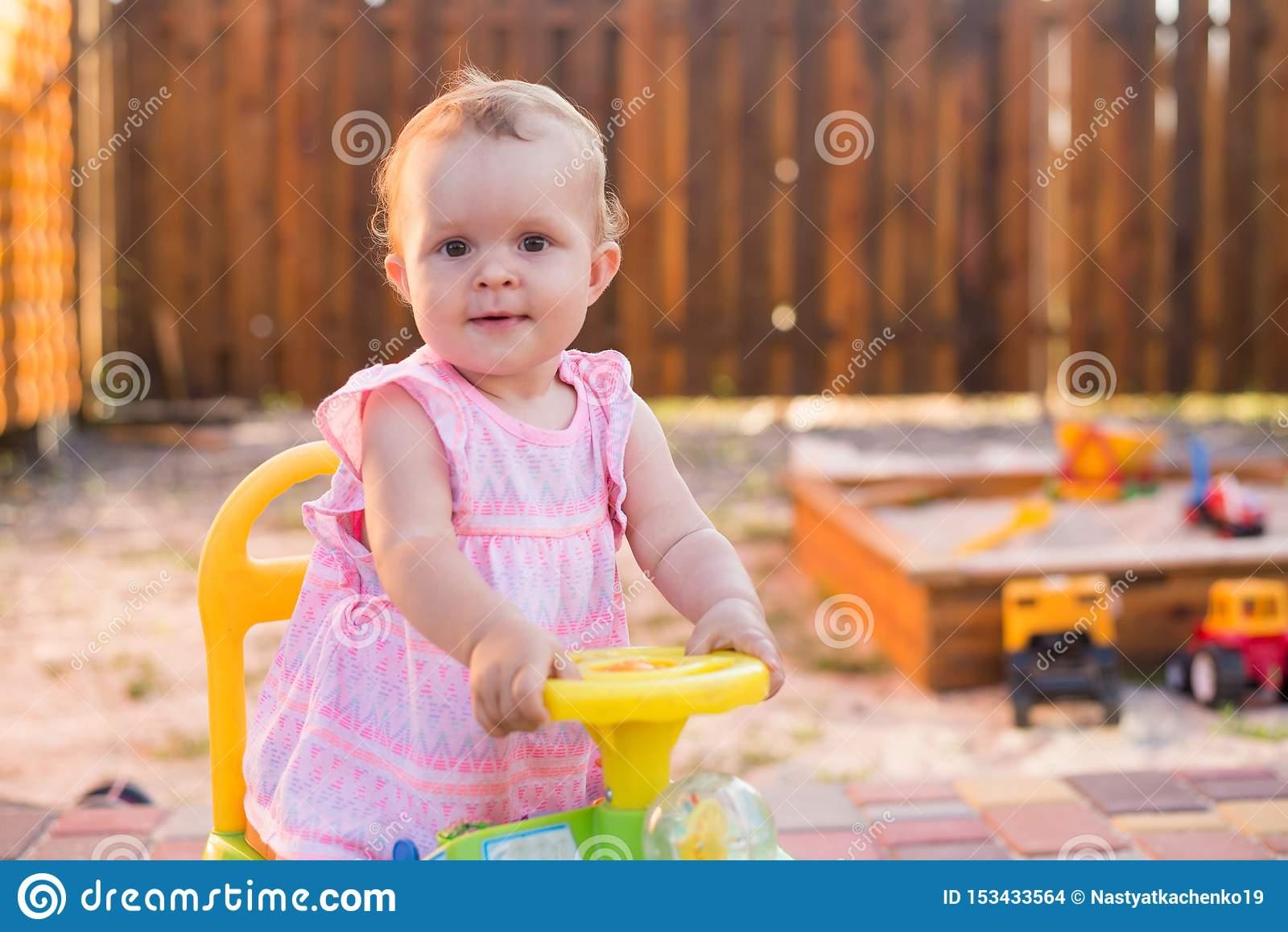 Bébé Conduisant Une Voiture De Jouet Au Terrain De Jeu tout Jeux Voiture Bebe