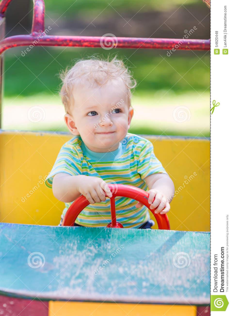 Bébé Garçon Conduisant Une Voiture De Jouet Au Terrain De concernant Jeux Voiture Bebe