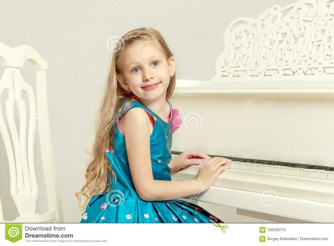 Belle Petite Fille 5-6 Ans Photo Stock. Image Du Mode pour Jeux De Petite Fille De 6 Ans