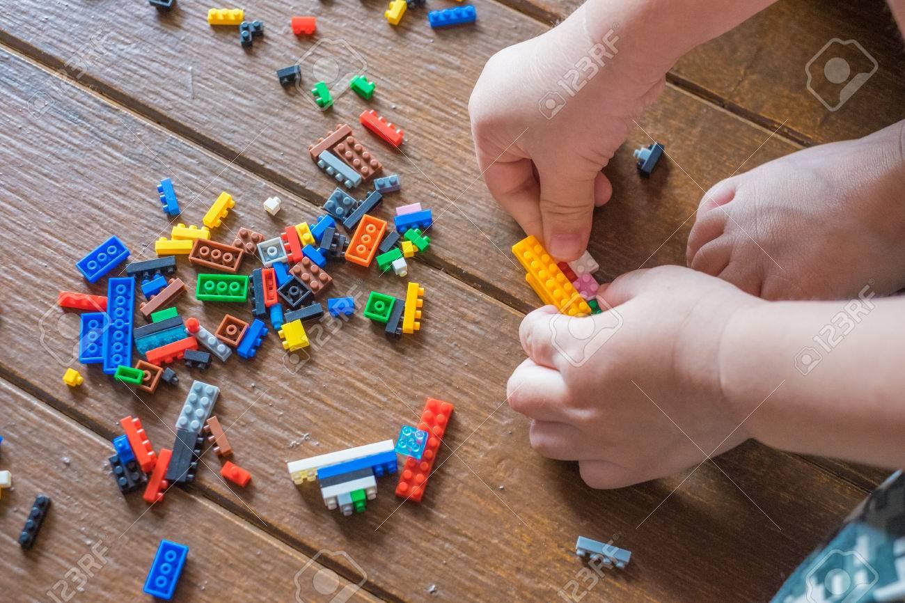 Blocs De Construction En Plastique Coloré Ou Jouet En Brique Avec Des Mains  D'enfant. (Mise Au Point Sélective) serapportantà Casse Brique Enfant