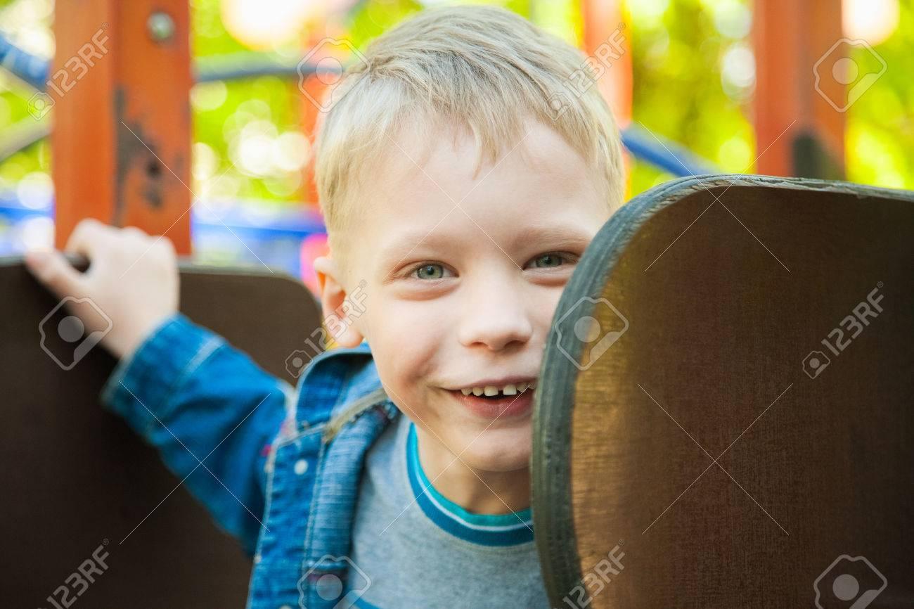 Close Up Portrait Drôle Visage Souriant De L'enfant. 7 Ans Kid Jouer À Des  Jeux Pour Enfants. Garçon Blond Caucasien Vêtu De Vêtements De Denim dedans Jeux Pour Enfant De 7 Ans