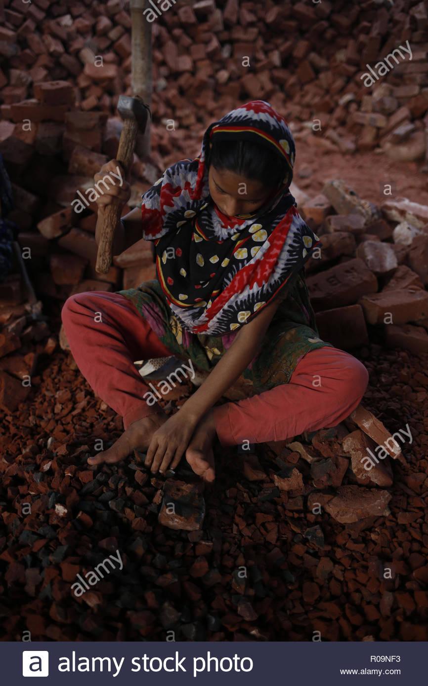 Dhaka, Bangladesh. 29Th Sep 2018. Moina (12), Un Travail Des pour Casse Brique Enfant