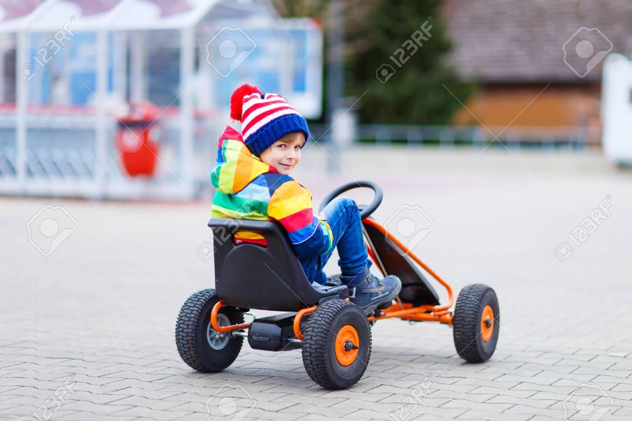Drôle Petit Enfant D'âge Préscolaire Garçon Amusant Avec La Voiture De  Course De Jouets, En Plein Air. Enfant Conduite Automobile. Jeux De Plein  Air avec Jeux De Course Pour Enfants