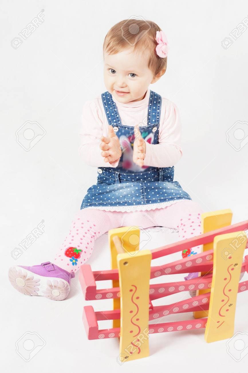 Drôle Petite Fille Jouant Avec Le Jeu De Jouets Pour Le Développement.  Enfant. Activités De La Maternelle. Centre D'apprentissage Kindercare. serapportantà Jeux Apprentissage Maternelle