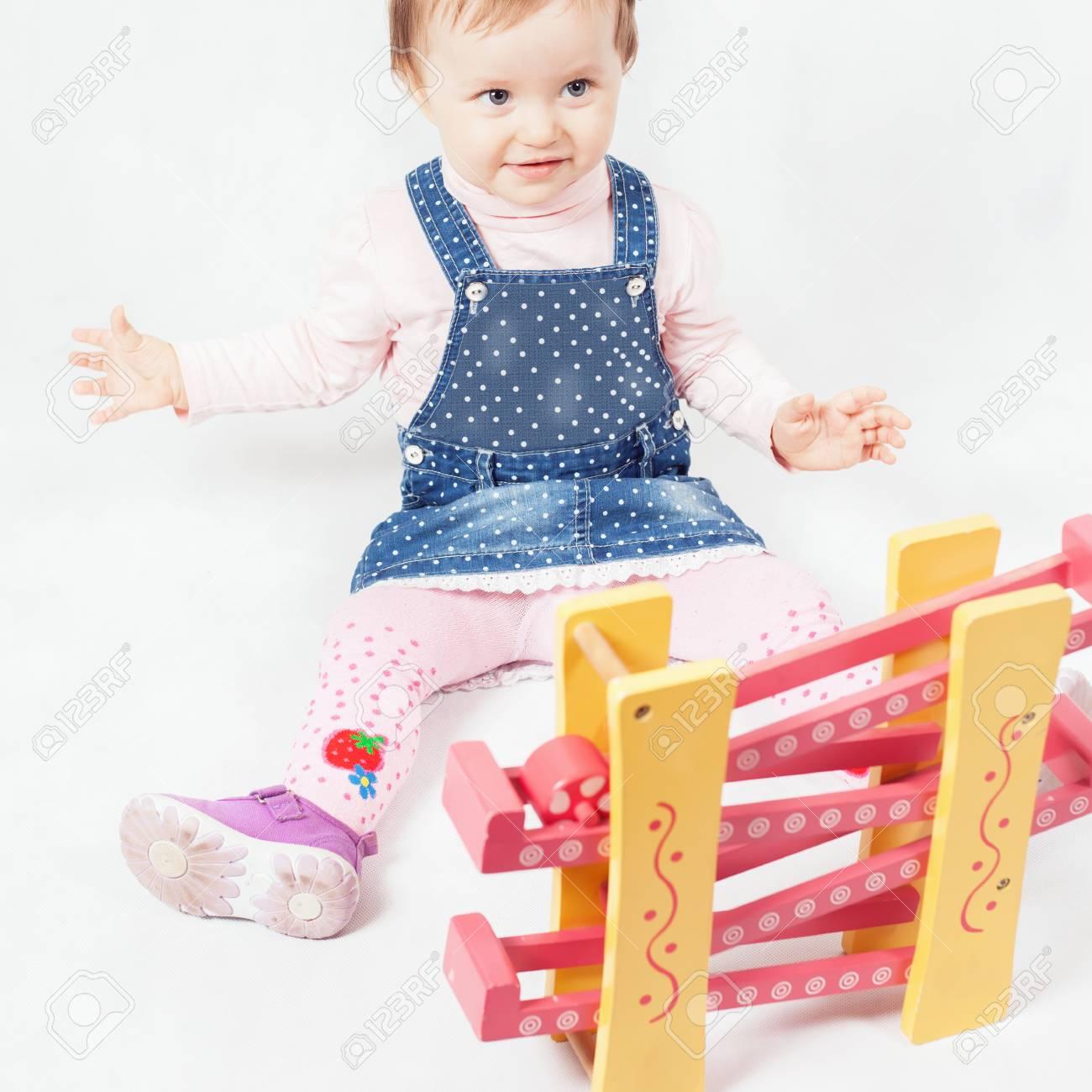 Drôle Petite Fille Jouant Avec Le Jeu De Jouets Pour Le Développement.  Enfant. Activités De La Maternelle. Centre D'apprentissage Kindercare. tout Jeux D Apprentissage Maternelle