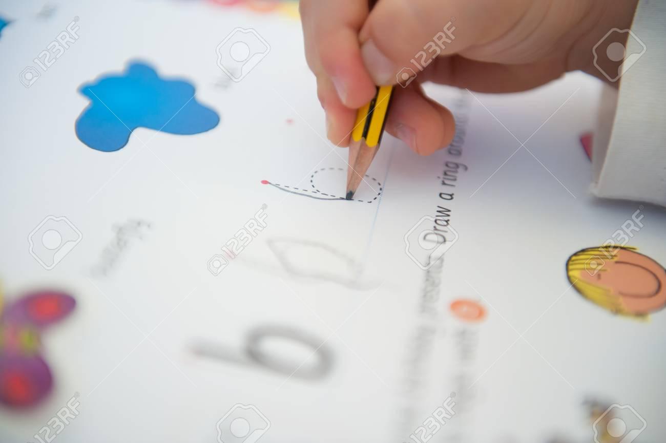 Enfant Anglais Est Apprendre À Écrire Par Lettres De L & # 39 ; Alphabet De  La Lettre - Lettre B tout Apprendre A Ecrire L Alphabet