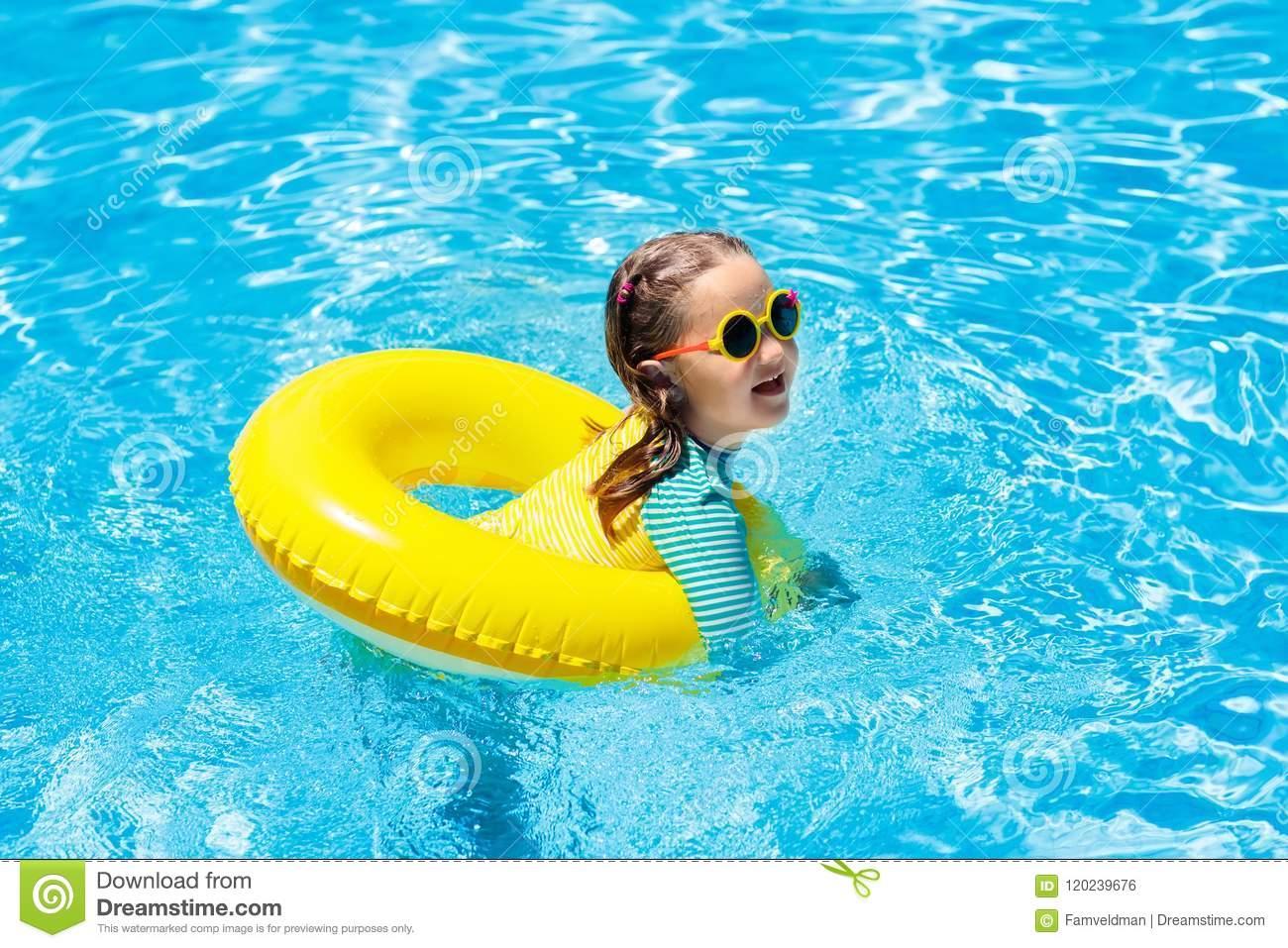 Enfant Dans La Piscine Bain D'enfants Jeu De L'eau Photo concernant Jeux De Saut Dans L Eau