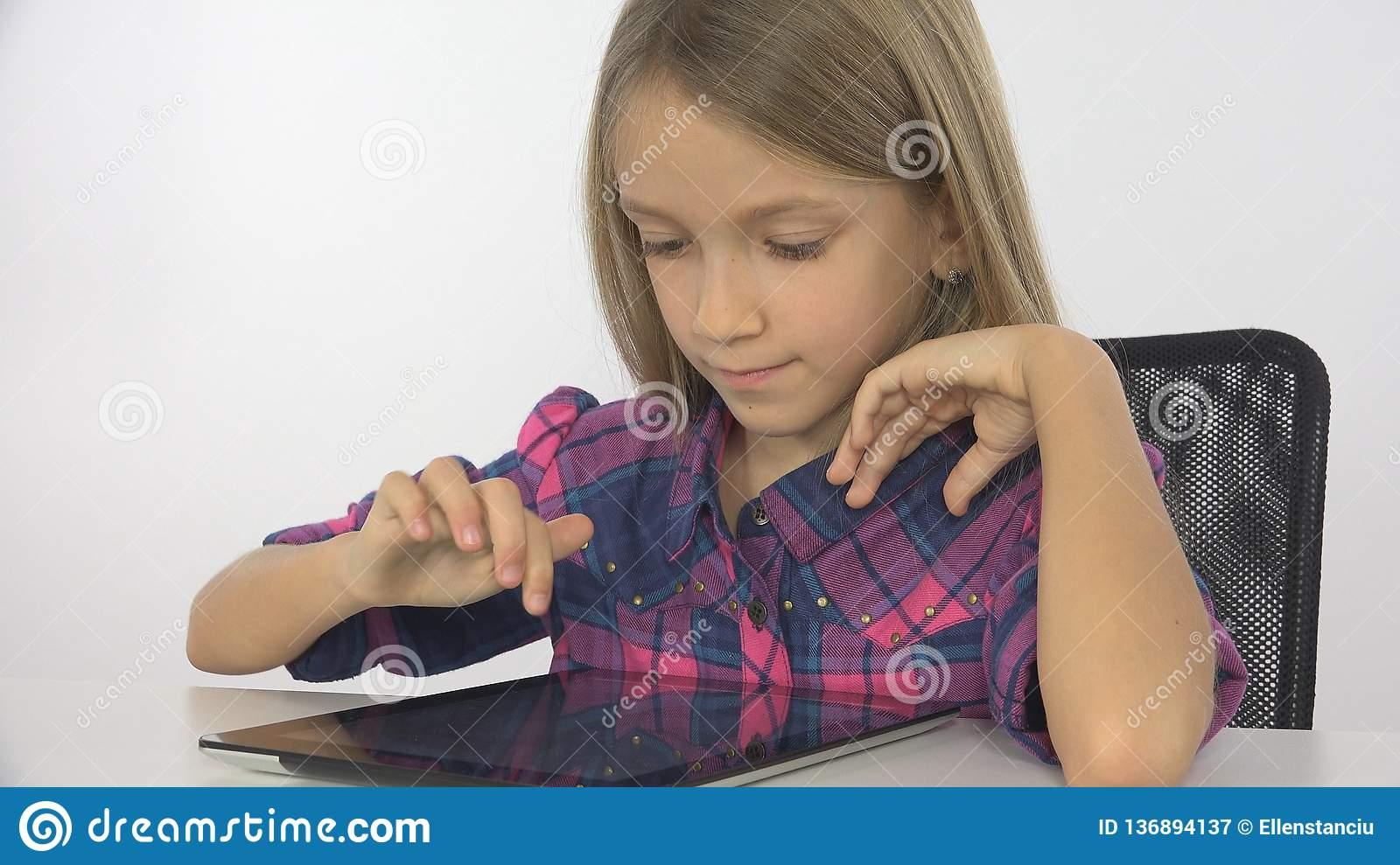 Enfant, Fille Jouant La Tablette, Ordinateur, Internet tout Tablette Enfant Fille