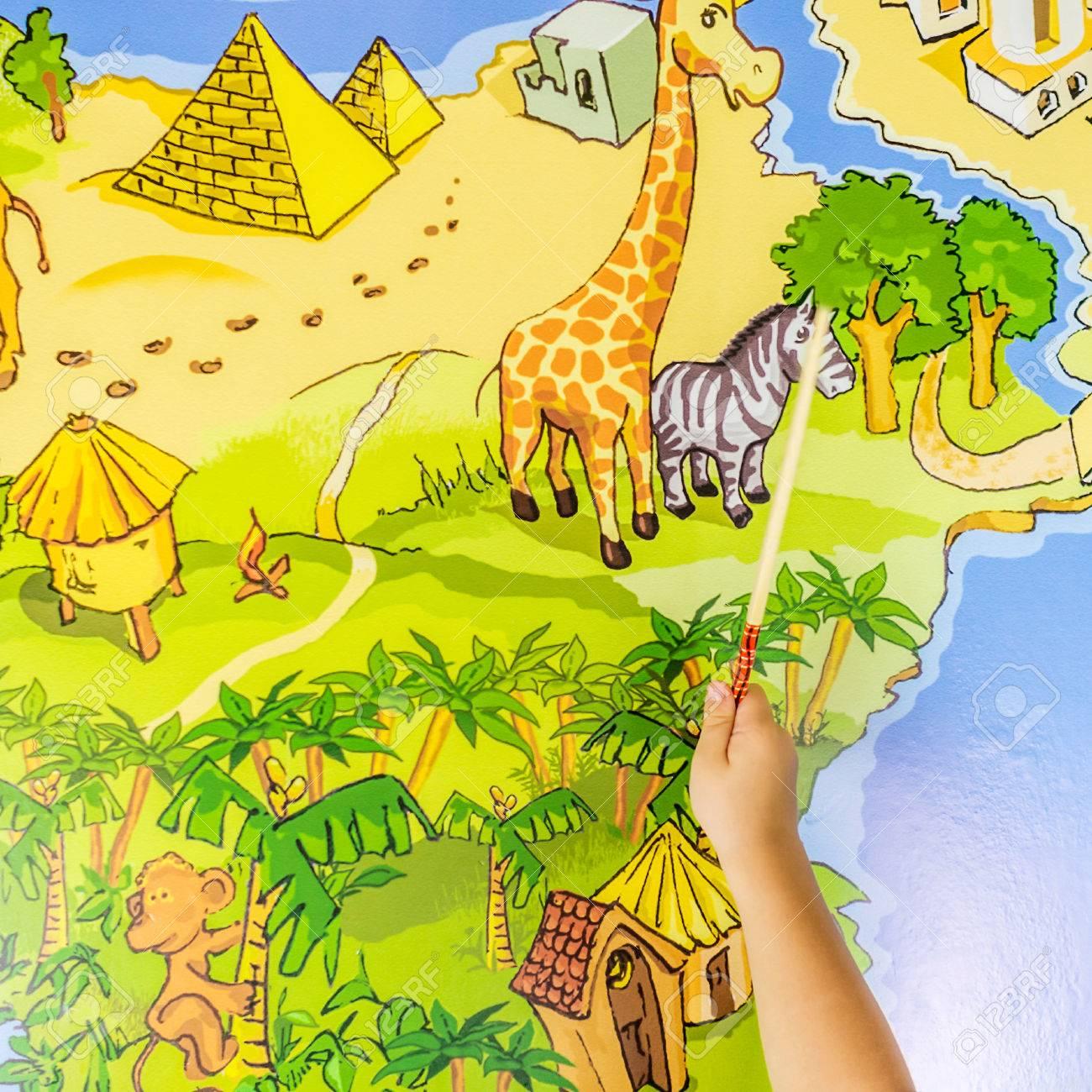Enfant Indiquant Zèbres Et Chameaux Sur La Carte Du Monde Dessinée concernant Carte Du Monde Enfant