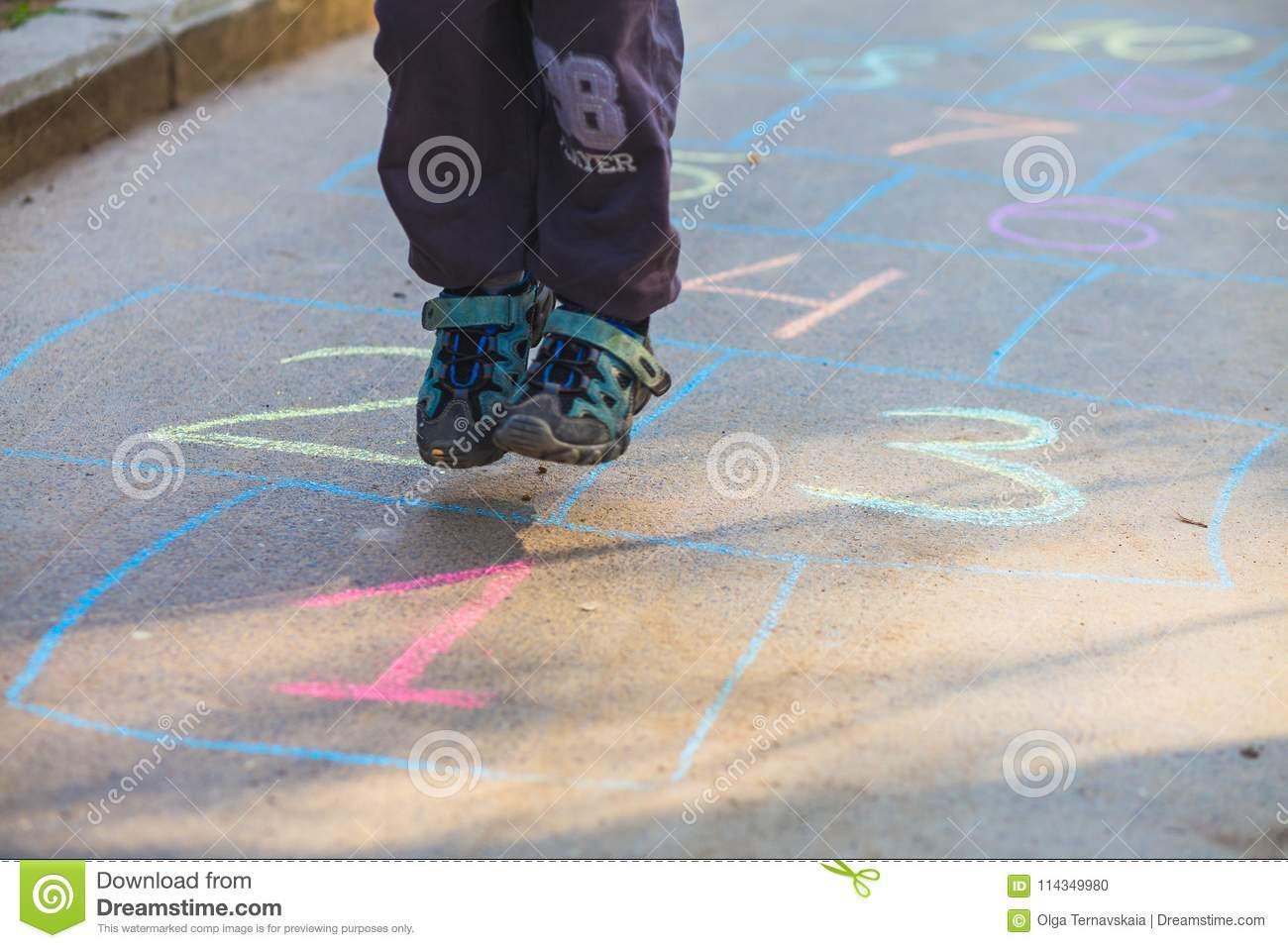 Enfant Jouant Le Jeu De Marelle Sur Le Terrain De Jeu Dehors dedans Jeux Gratuit De Garçon