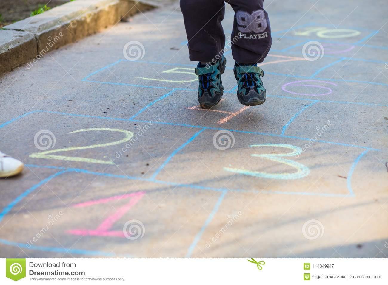 Enfant Jouant Le Jeu De Marelle Sur Le Terrain De Jeu Dehors serapportantà Jeux Gratuit De Garçon