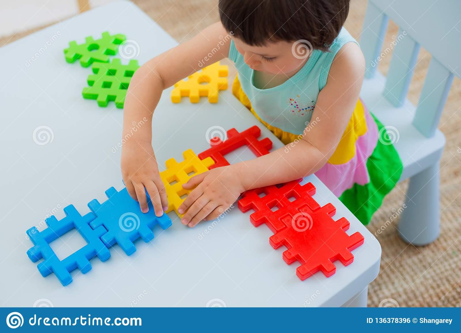 Enfant Préscolaire 3 Ans Jouant Avec Les Blocs Colorés De destiné Jeux Enfant De 3 Ans