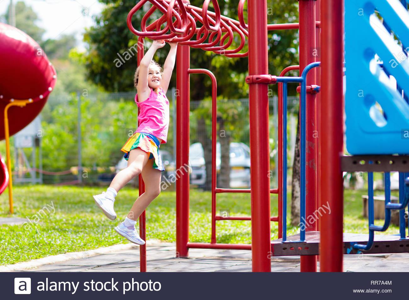 Enfant Sur Monkey Bars. Aire De Jeux Pour Enfants À L'école tout Jeux Pour Petite Fille