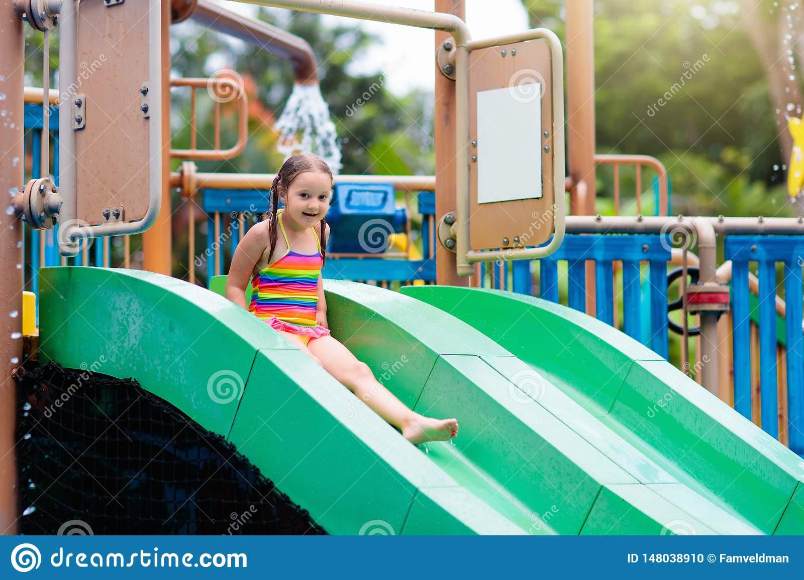 Enfants Au Parc D'aqua Enfant Dans La Piscine Photo Stock destiné Jeux De Saut Dans L Eau