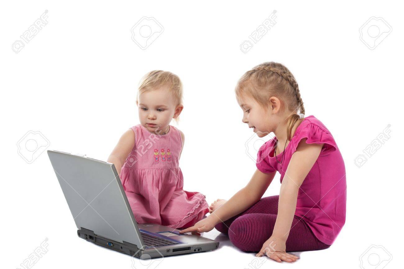 Enfants Jeu De L'ordinateur Sur Un Ordinateur Portable Isolé Sur Blanc concernant Jeux Ordinateur Enfant