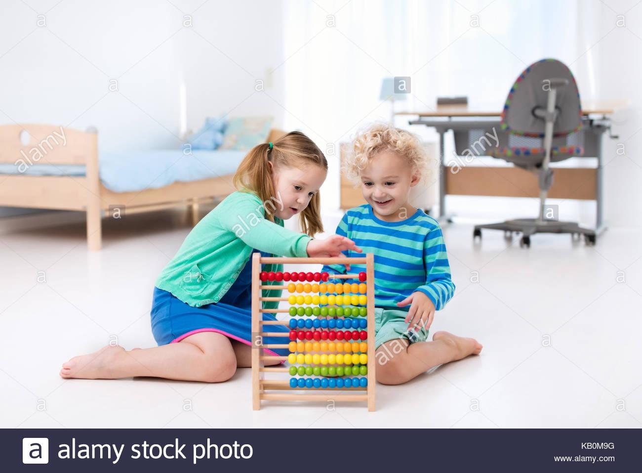 Enfants Jouant Avec Des Abacus. Les Enfants À Apprendre À concernant Apprendre A Compter Maternelle