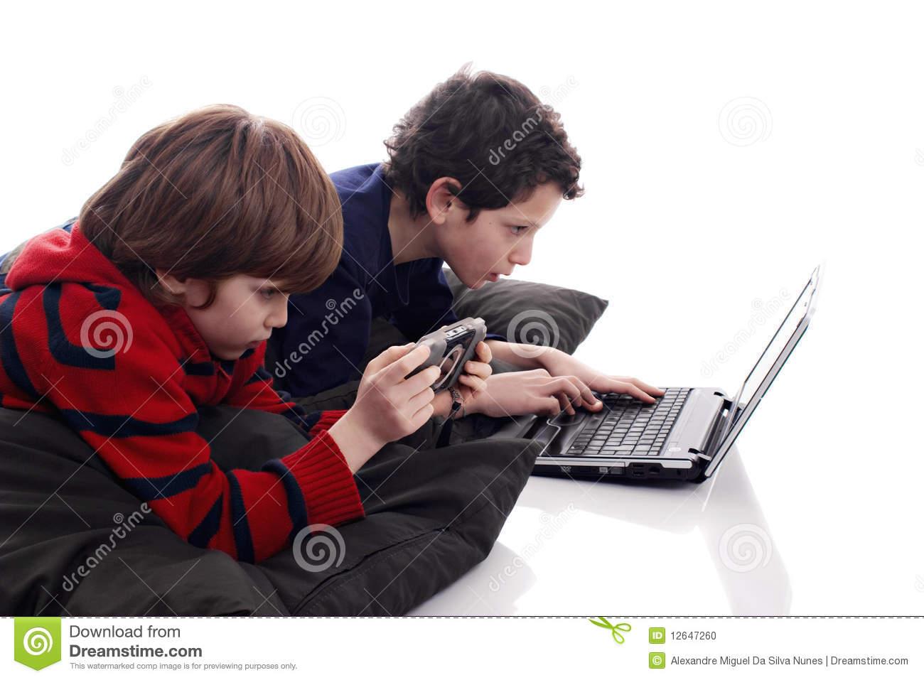 Enfants Jouant L'ordinateur Et Les Jeux Vidéo Photo Stock avec Jeux Ordinateur Enfant