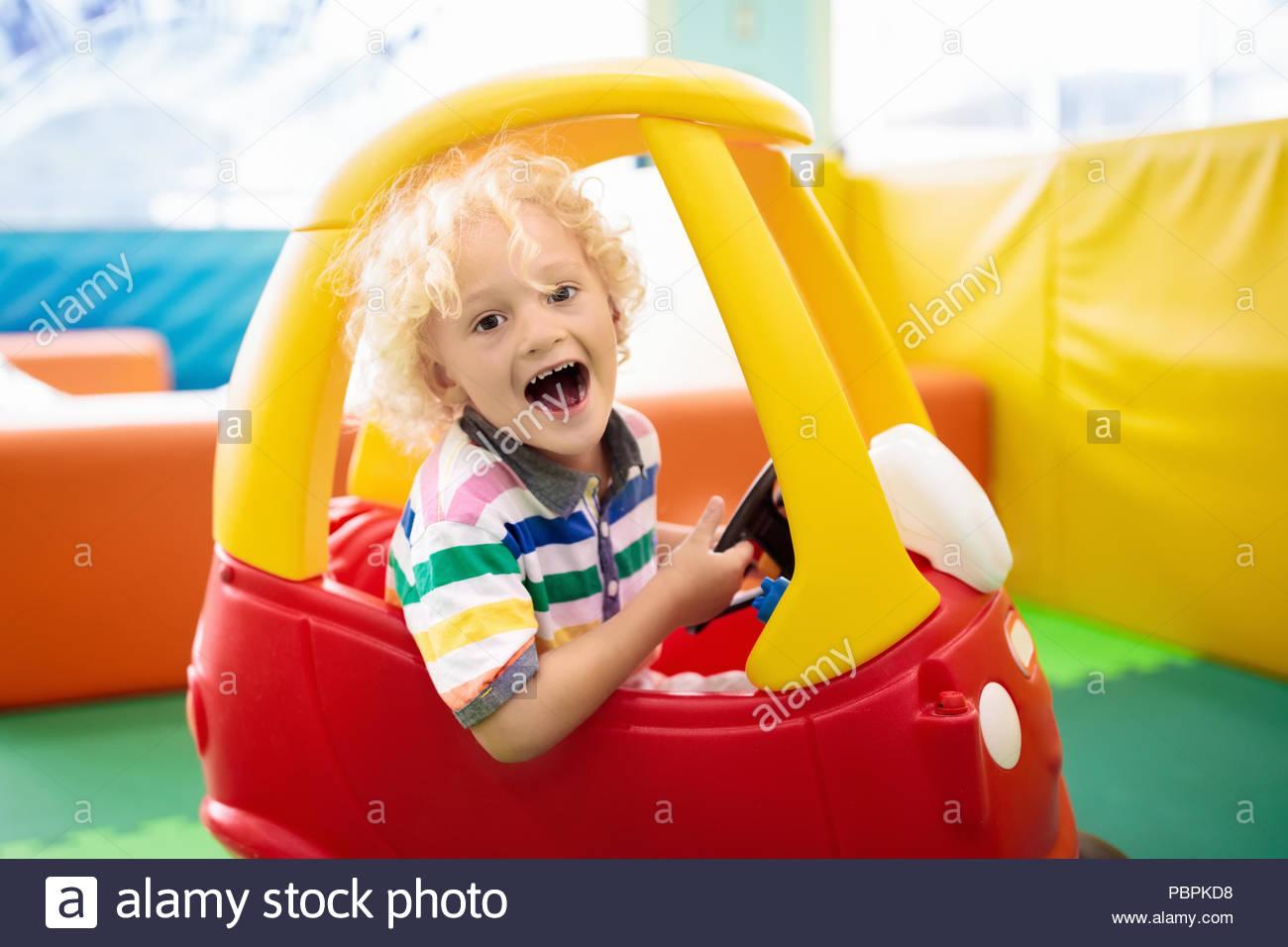 Équitation Enfant Petite Voiture. Petit Garçon Jouant Avec à Jeux De Petite Voiture