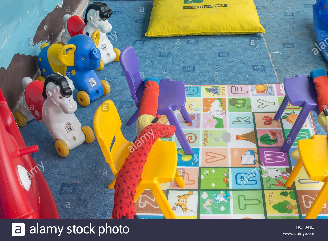 Faites Glisser Et Tout-Petits Ballons Colorés Dans L'aire De intérieur Jeux Pour Petit Enfant