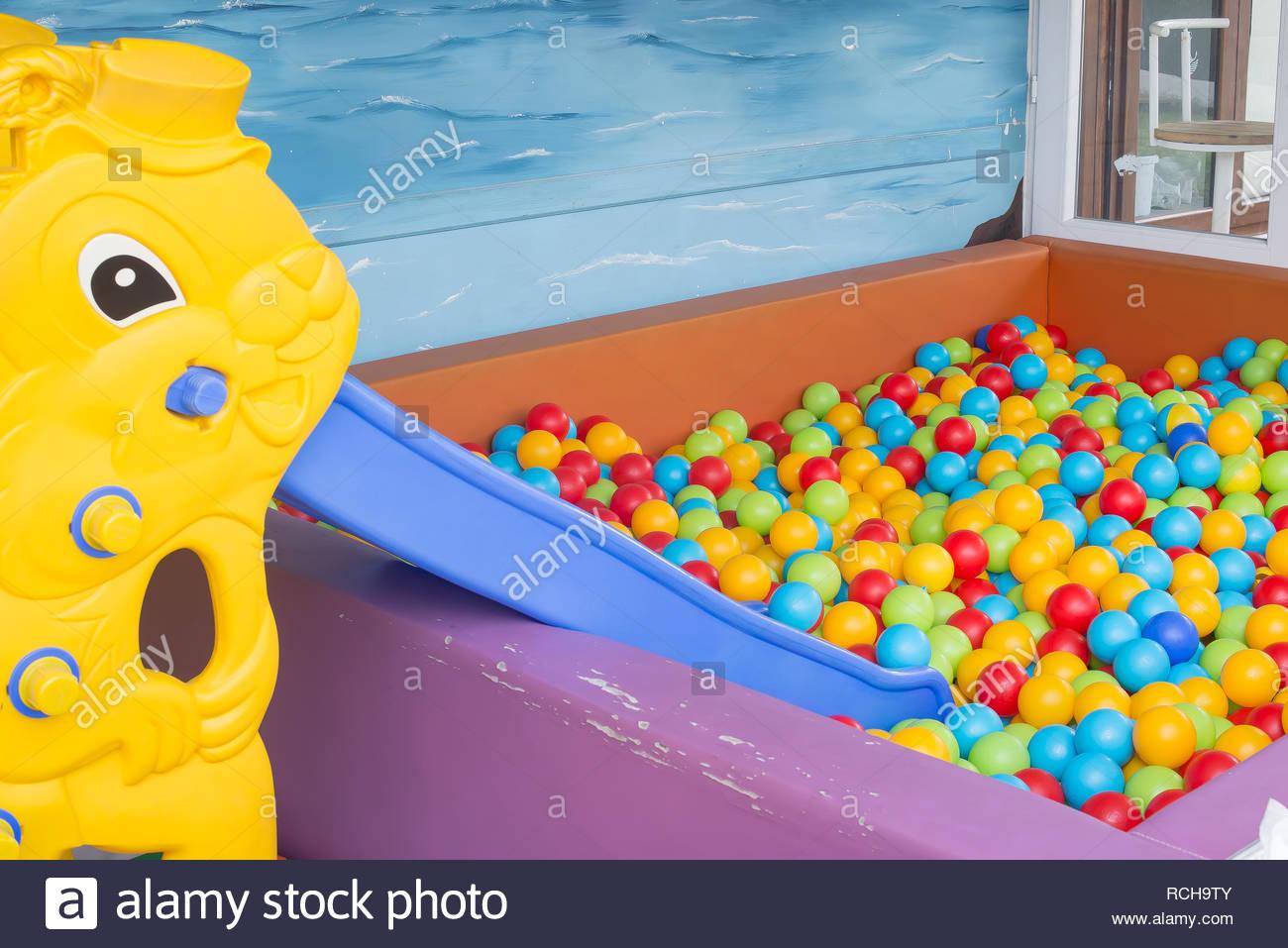 Faites Glisser Et Tout-Petits Ballons Colorés Dans L'aire De intérieur Jeux Pour Tout Petit