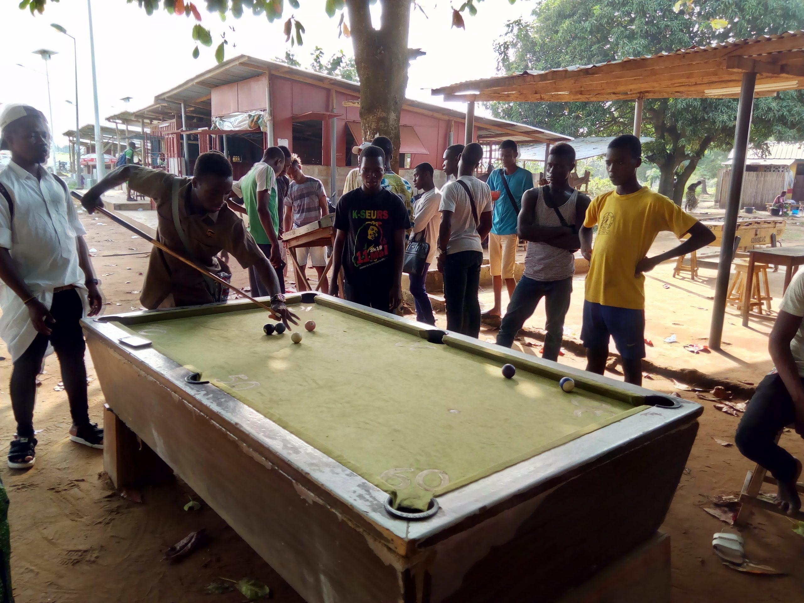 File:jeux De Billard À L'université Du Benin - Wikimedia serapportantà Jeux De Biyare