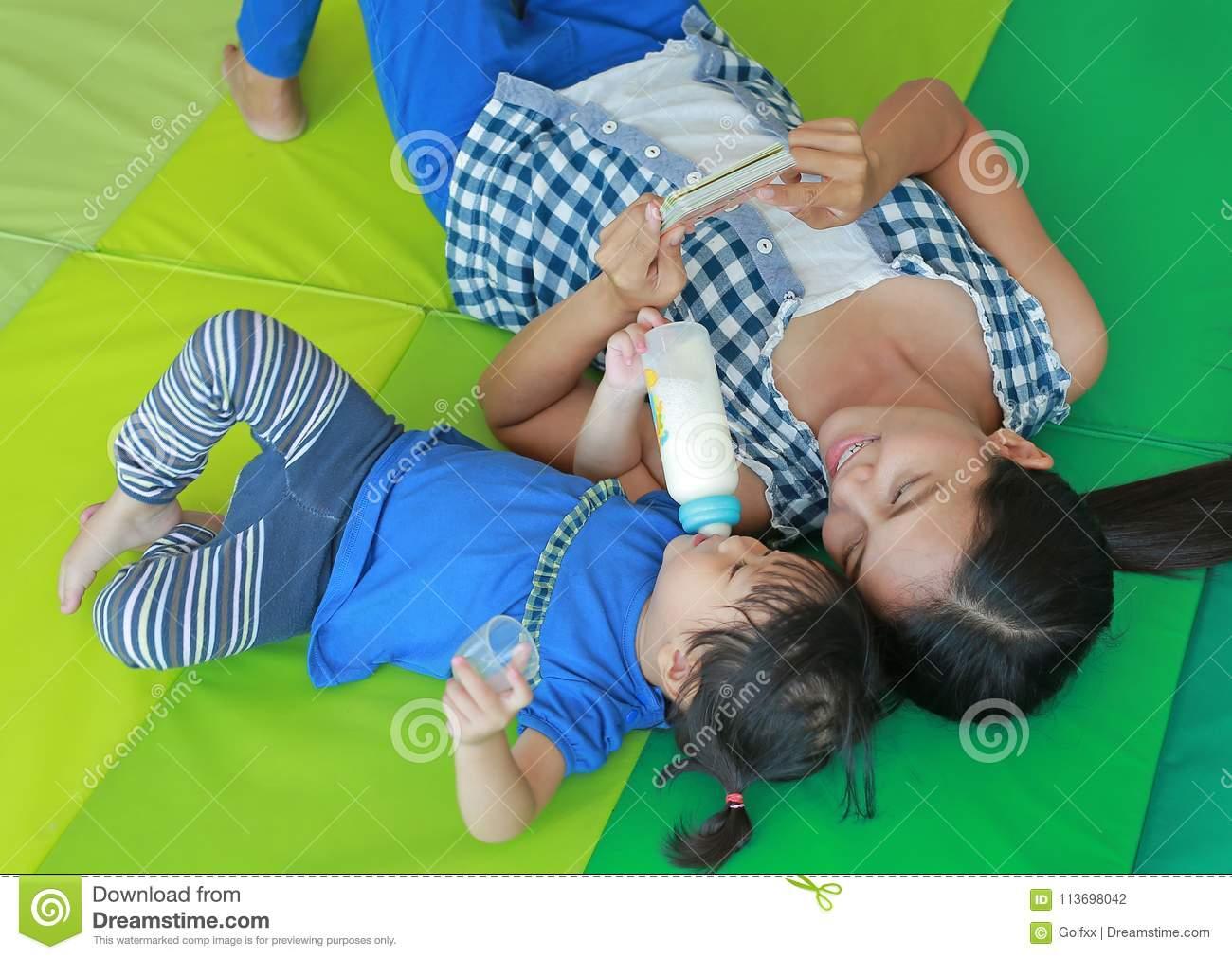 Fille Asiatique Et Mère D'enfant Se Trouvant Sur Le Matelas destiné Jeux Flash Enfant