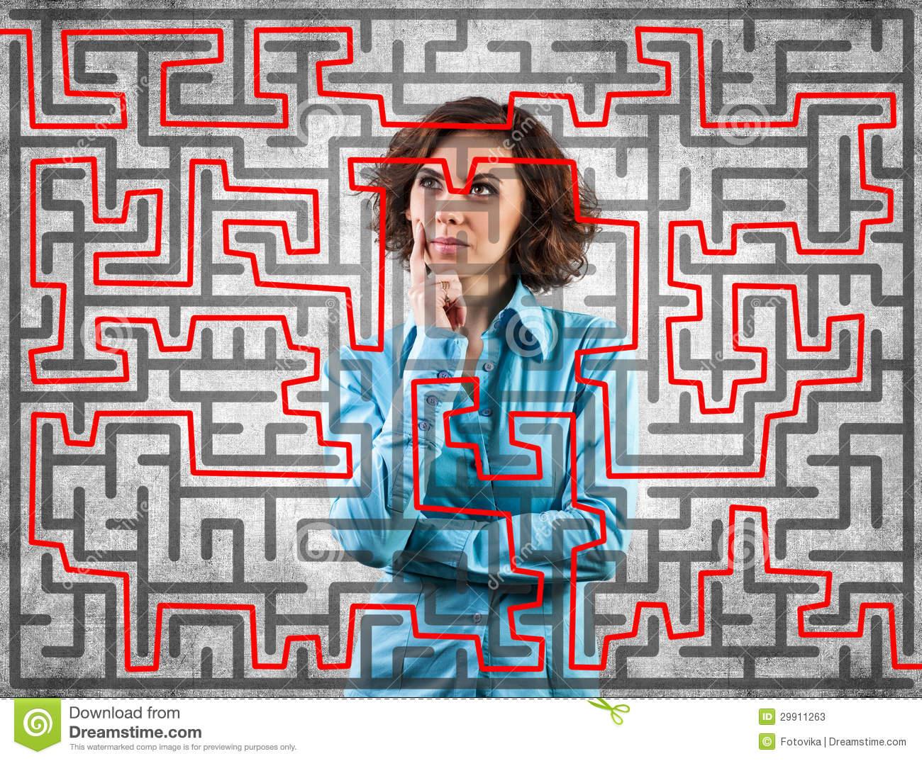 Fille Avant Un Labyrinthe Image Stock. Image Du Cerveau dedans Labyrinthe Difficile