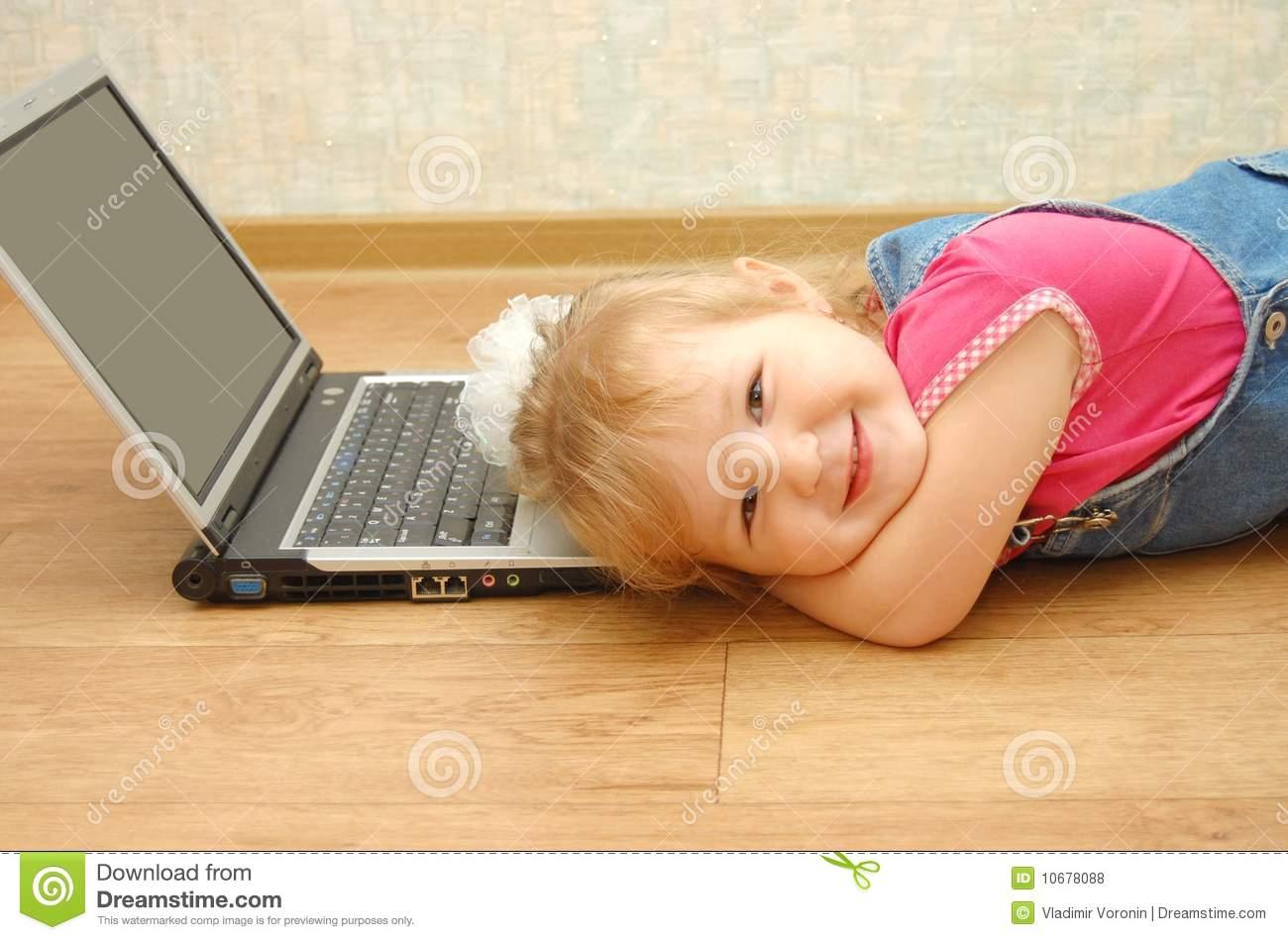 Fille De 3 Ans Se Trouvant Près De L'ordinateur Portatif à Ordinateur 3 Ans