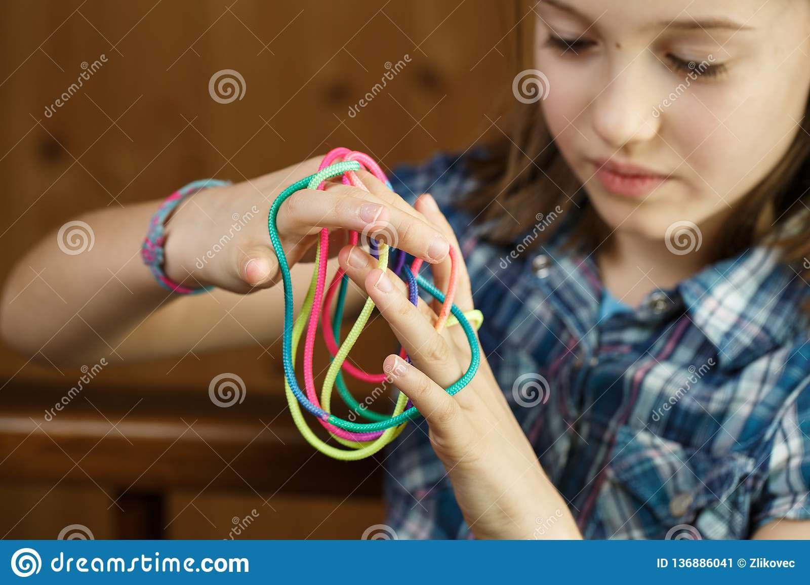 Fille Jouant Le Jeu Classique De Ficelle, Créant Des Formes avec Jeux De Intelligence De Fille