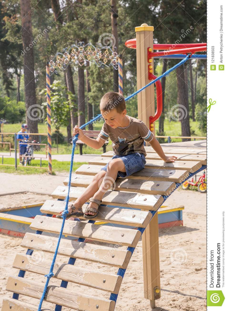 Garçon 4 Ans Sur Le Terrain De Jeu Enfant De Quatre Ans pour Jeux Gratuit Garçon 4 Ans