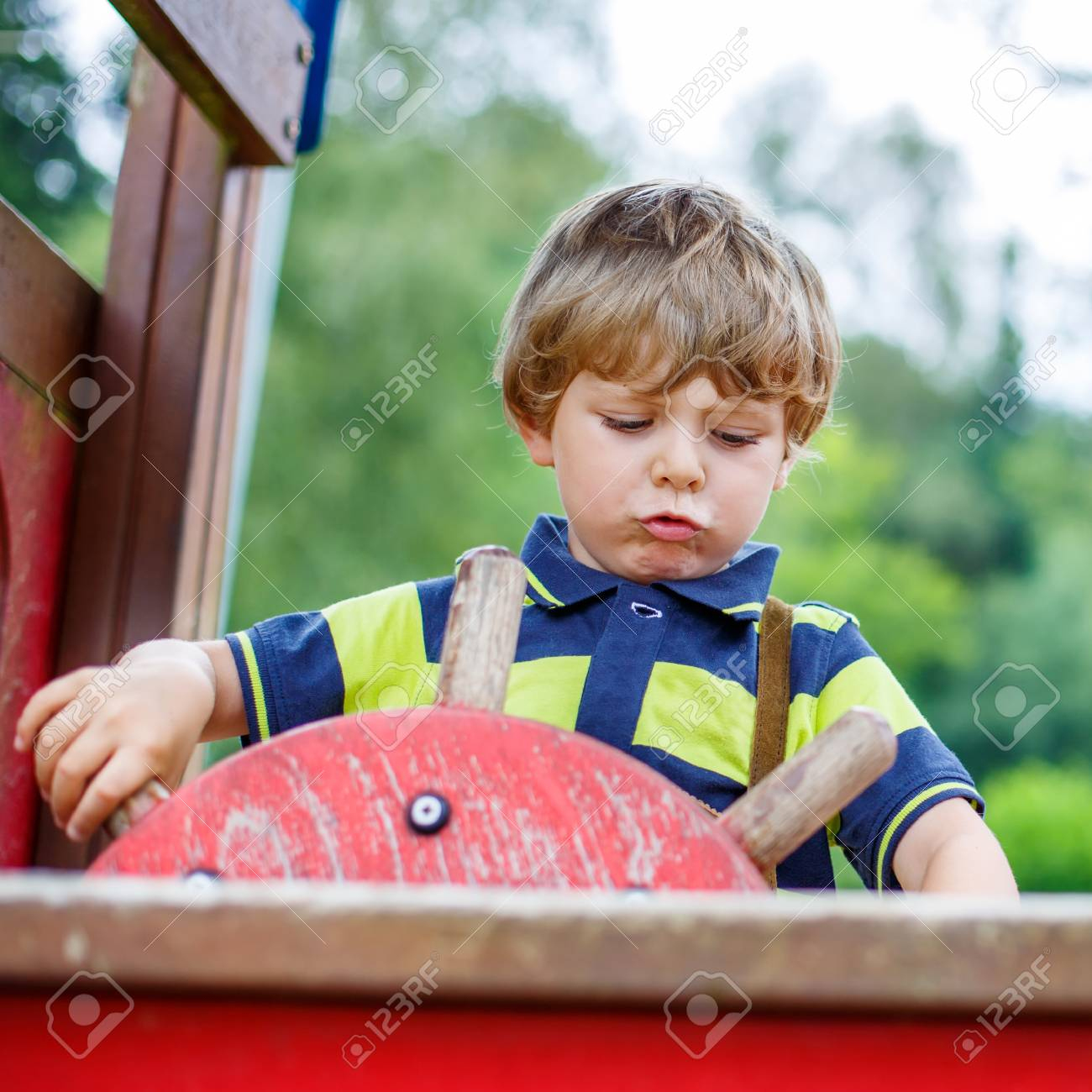 Garçon Drôle Fait Semblant De Conduire Une Voiture Imaginaire Sur L'aire De  Jeux Pour Enfants, À L'extérieur. Le Jour D'été Chaud. dedans Les Jeux Des Garçons De Voiture