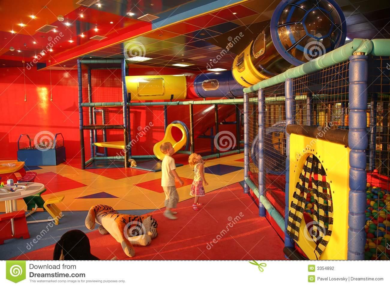 Garçon Et Fille Dans La Salle De Jeux Photo Stock - Image Du dedans Jeux De Grand Garçon