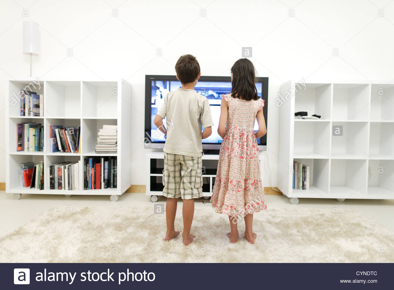 Garçon Et Fille Jouer À Des Jeux Vidéo Sur Grand Écran 55 dedans Jeux De Grand Garçon