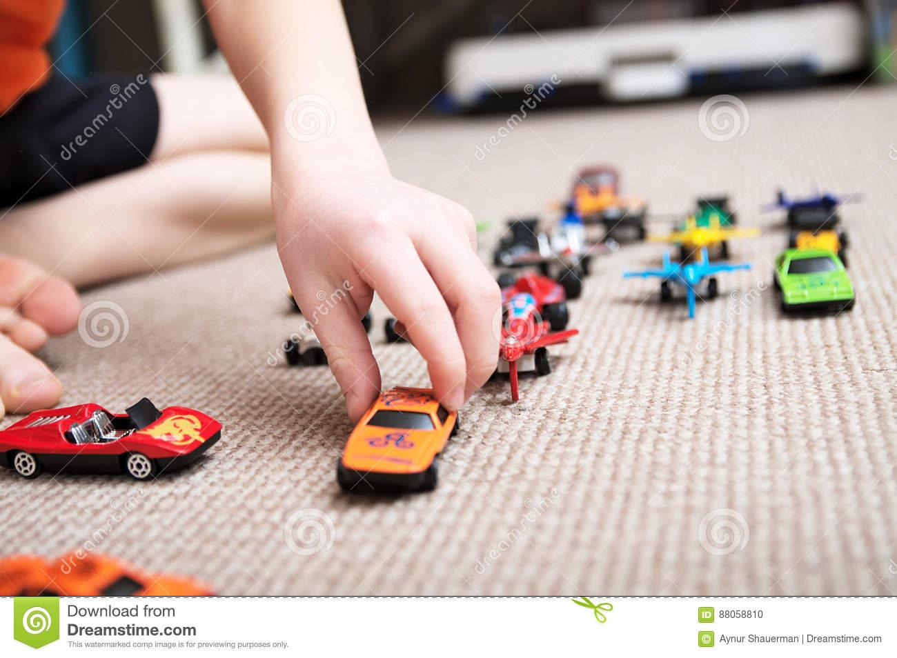 Garçon Jouant Avec La Collection De Voiture Sur Le Tapis Jeu dedans Jeux De Voitures Pour Enfants