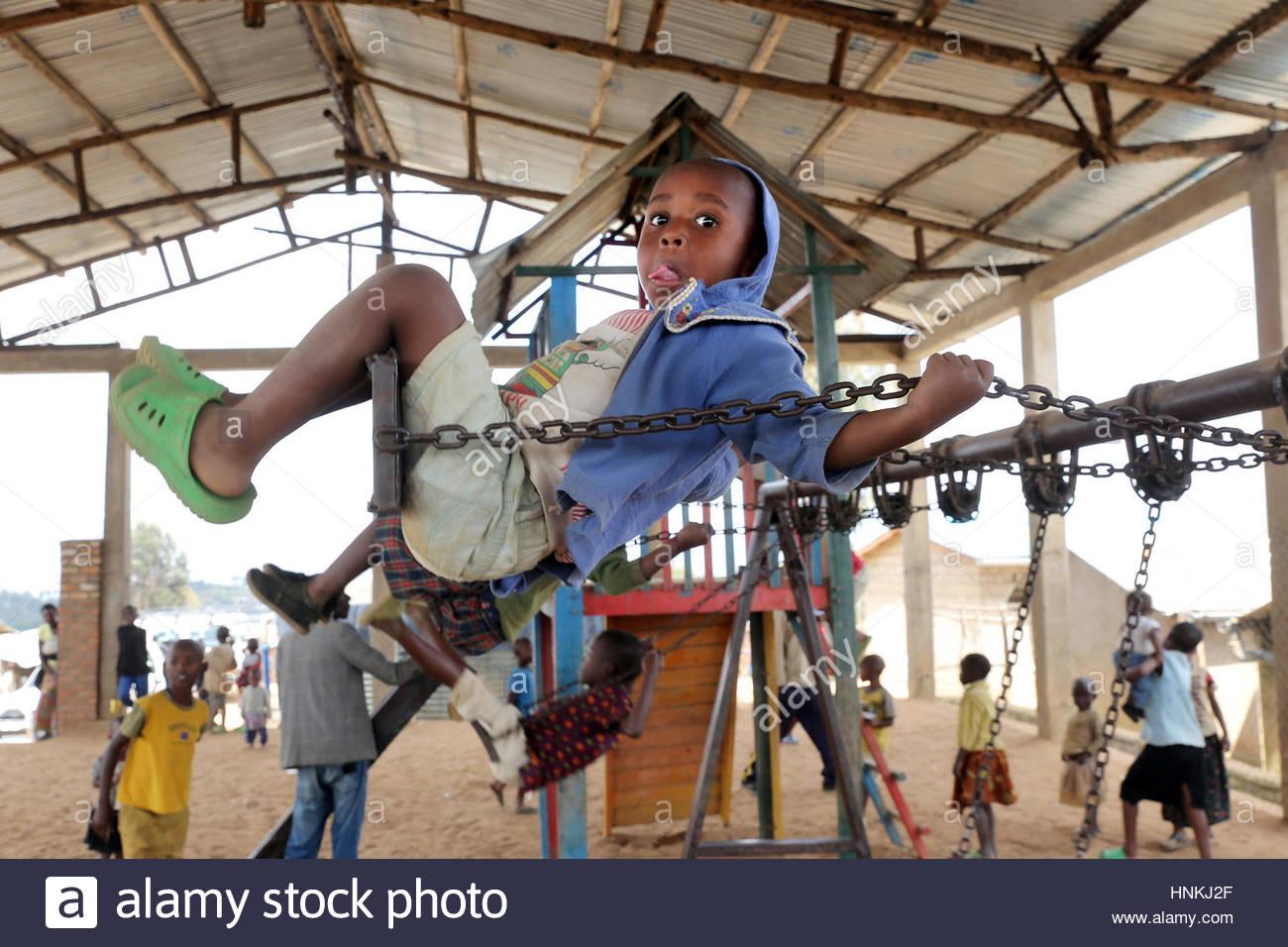 Garçon Sur Une Balançoire, Aire De Jeux Pour Enfants Dans Le à Jeux Africains Pour Enfants